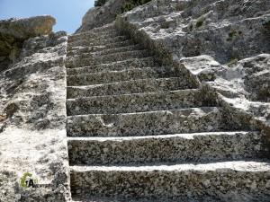 Escaleras talladas en roca, en poblado ibérico